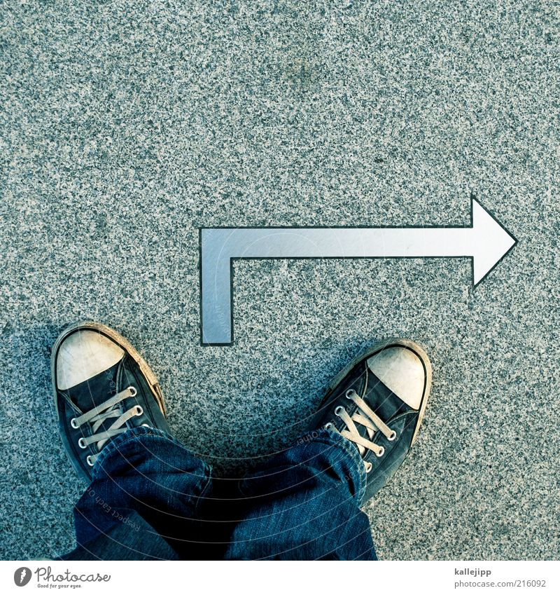 """""""in 10 cm bitte rechts abbiegen."""" Beton Schilder & Markierungen Jeanshose stehen Asphalt Pfeil Zeichen Richtung Chucks Turnschuh Navigation links Orientierung"""