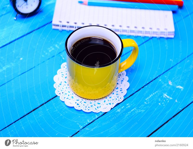 Schwarzer Kaffee in einem gelben Becher Frühstück Kaffeetrinken Getränk Espresso Tasse Tisch Restaurant Holz frisch heiß oben retro schwarz Café duftig Top