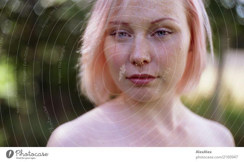 Portrait einer jungen Frau mit Sommersprossen und rosa- blonden Haaren Stil schön Leben Ausflug Junge Frau Jugendliche Gesicht 18-30 Jahre Erwachsene Landschaft