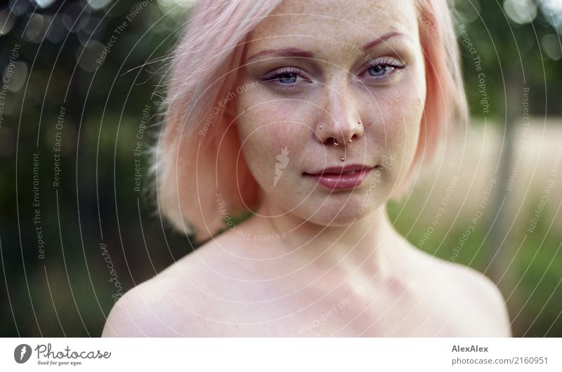 Portrait einer jungen Frau mit Sommersprossen und rosa-blonden Haaren Lifestyle Stil schön Leben Wohlgefühl Sommerurlaub Junge Frau Jugendliche Gesicht Schulter