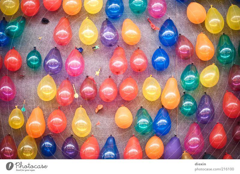 Jeder darf mal! Freude Freizeit & Hobby Spielen Darts Kinderspiel Luftballon Dartpfeil zielen Jahrmarkt Mauer Wand hängen glänzend blau mehrfarbig gelb grün