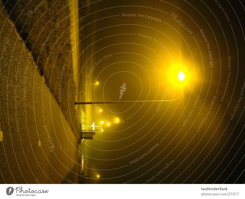 Straße in gelb Nebel Laterne Nacht Langzeitbelichtung gelbes Licht
