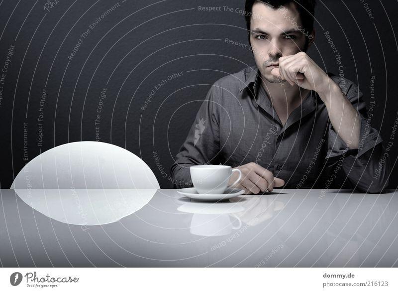 coffee break Mensch Mann Einsamkeit Erwachsene Gesicht grau Denken sitzen maskulin nachdenklich Tisch einzeln trinken Hemd Tasse Langeweile