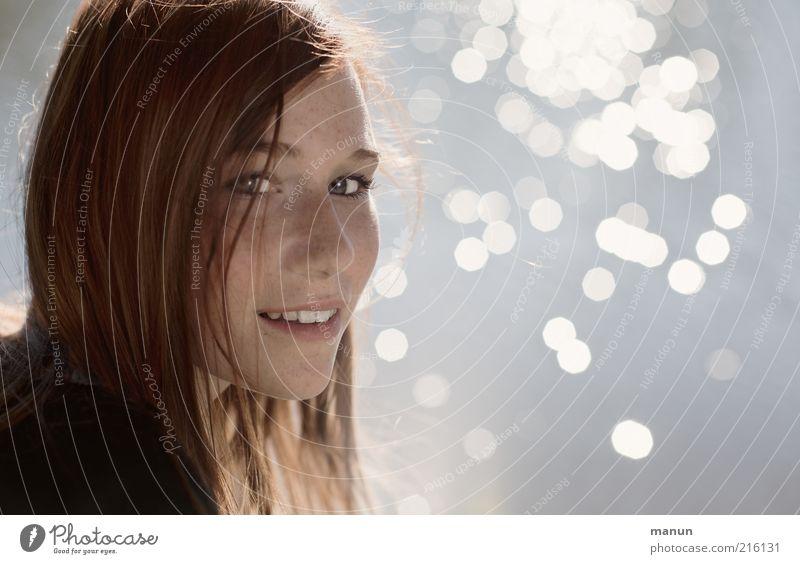ein Lächeln Freude Glück schön Wohlgefühl Mensch feminin Junge Frau Jugendliche Kopf Gesicht Blick Freundlichkeit natürlich positiv Gefühle Tugend Zufriedenheit