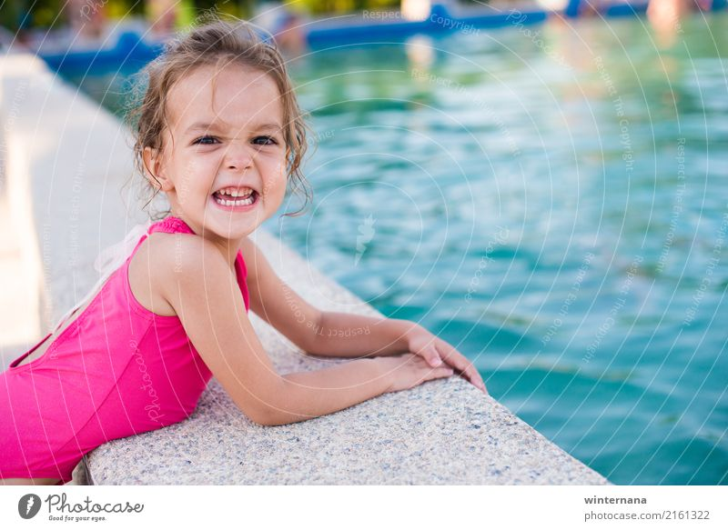 Lächeln auf dem Schwimmbad Mädchen 1 Mensch 3-8 Jahre Kind Kindheit Wasser Sommer Badehose blond genießen lachen Spielen Gefühle Freude Fröhlichkeit