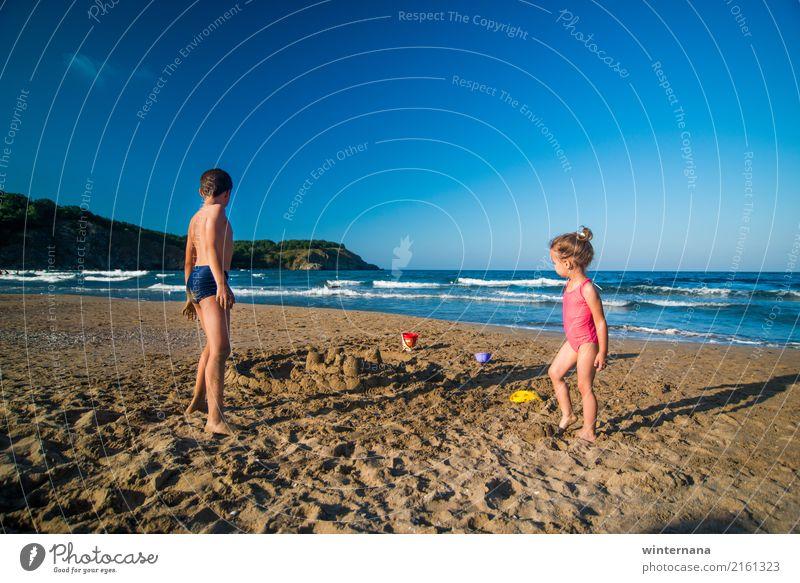 Kinder am Strand Mädchen Junge Badeanzug spielen Sand Himmel blau gelb Wellen MEER Wetter warm Sommer