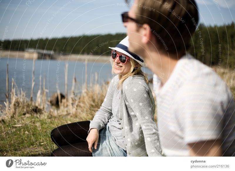Am See Mensch Natur Jugendliche Wasser Freude Erwachsene Erholung Leben Freiheit Stil See Paar Freundschaft Zufriedenheit Zeit