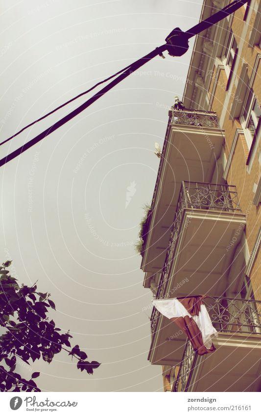St. Pauli - Balkonlandschaft Haus Gebäude Blick Fahne Fassade Gedeckte Farben Außenaufnahme Himmel Wolkenhimmel Altbau Zweige u. Äste Menschenleer