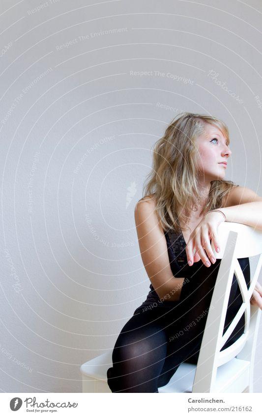 Großes Mädchen. Frau Mensch Jugendliche schwarz Erwachsene feminin grau Traurigkeit blond sitzen Stuhl Körperhaltung 18-30 Jahre Langeweile Strumpfhose Sorge