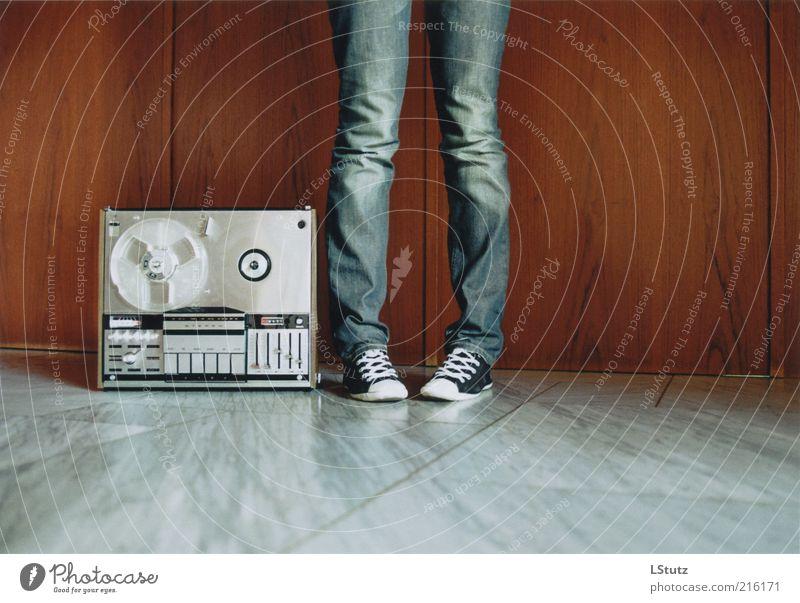 ton ohne band - analog Lifestyle Radiogerät Unterhaltungselektronik Junge Frau Jugendliche 1 Mensch 18-30 Jahre Erwachsene Medien Jeanshose Turnschuh Stein Holz