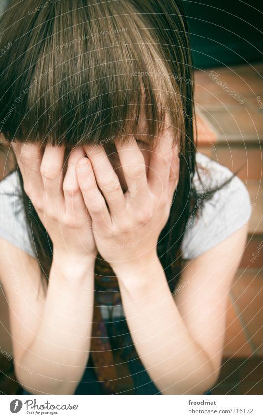 verdeckte ermittlung Frau Mensch Hand Jugendliche feminin Kopf Haare & Frisuren Kopf Traurigkeit Angst Erwachsene Finger Treppe Jeanshose
