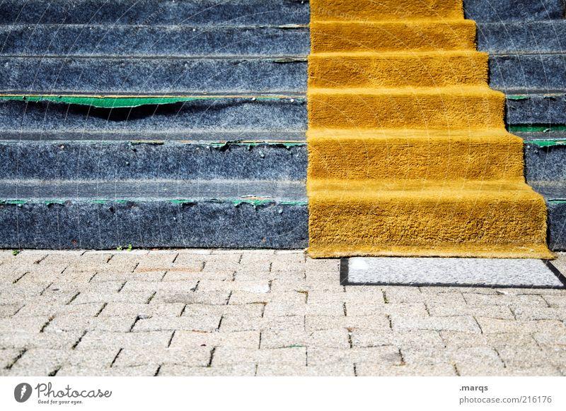 Auf gehts Karriere Treppe kaputt blau Verfall orange Teppich aufsteigen Farbfoto Außenaufnahme Menschenleer Auslegware Abstieg schäbig Stolperfalle verfallen