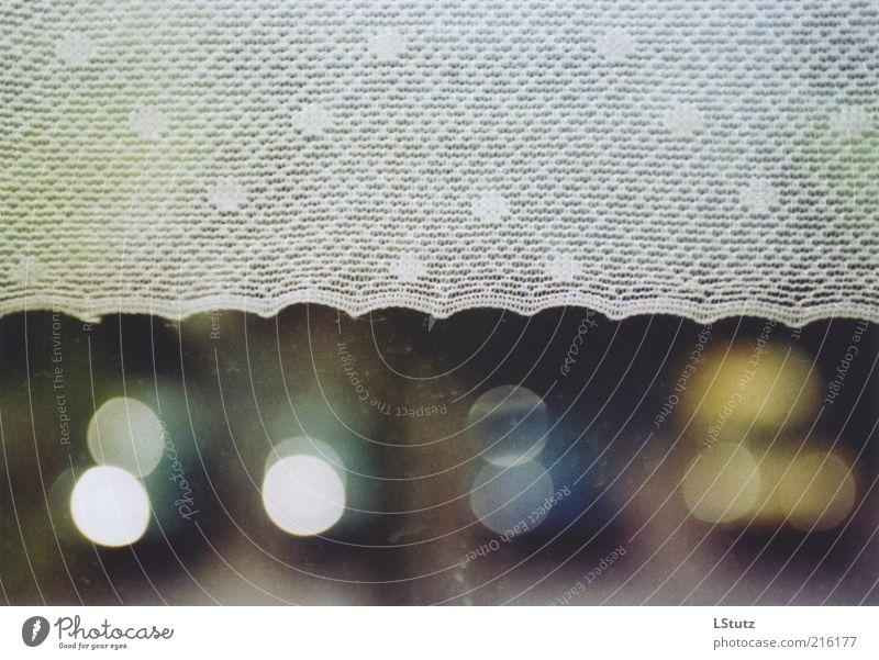 sicht vernebelt - analog Fenster Hintergrundbild Glas ästhetisch Stoff Punkt analog Fensterscheibe Gardine Lichtspiel graphisch Lichtpunkt Morgen Reflexion & Spiegelung Lichtfleck punktuell
