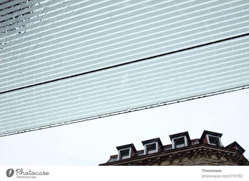 Die Augen des Hauses sehen überall Regen Wolken Glas Wohnung Fassade nass gut Dach Schutz trocken fest Geborgenheit schlechtes Wetter Dachrinne Bauwerk