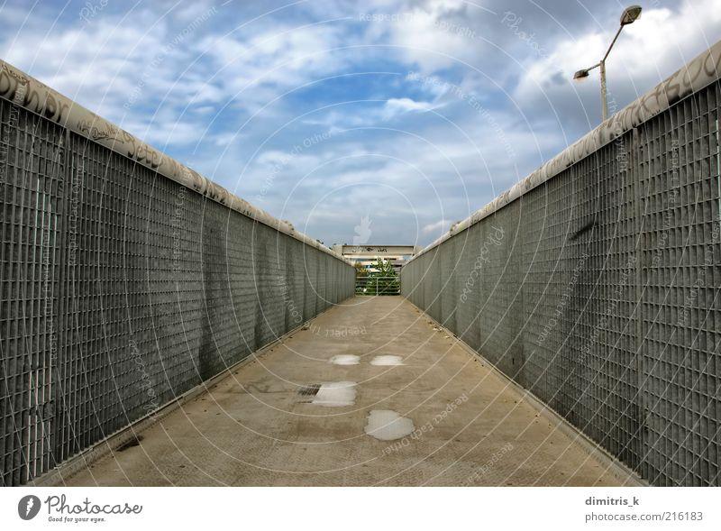 Himmel Graffiti Architektur Wege & Pfade Gebäude Metall Linie dreckig modern Brücke Perspektive Industrie verfallen Geländer Zaun Stahl