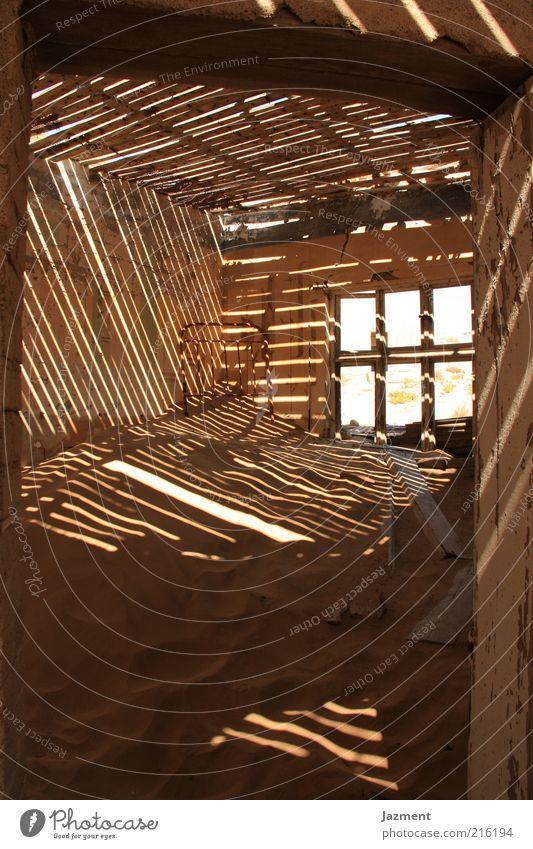 Zeichen der Zeit Ferien & Urlaub & Reisen Haus Einsamkeit Fenster Holz Gebäude Sand Holzbrett Sonnenstrahlen Namibia Holzwand Holzhaus Türrahmen Geisterstadt