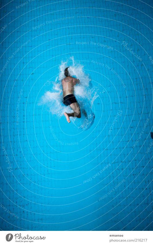 bauchplatscher Lifestyle Freude Freizeit & Hobby Sport Wassersport Sportler Schwimmbad Mensch maskulin 1 fallen springen hoch kalt blau Mut Angst Übermut