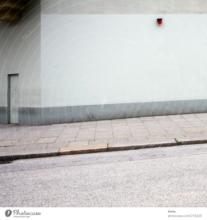 [HH10.1] - Schicksal & Beleuchtung Haus Mauer Wand Tür Straße Beton Linie trist grau Bürgersteig Pflastersteine Betonplatte Alarmanlage Türrahmen Erker Putz
