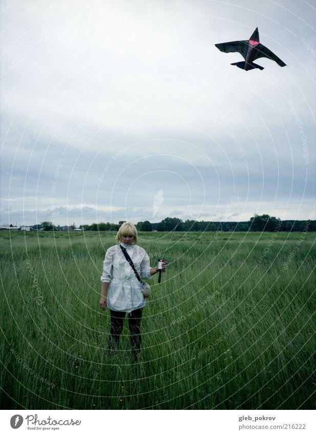 Doc #wind Spielen Mensch Junge Frau Jugendliche 1 18-30 Jahre Erwachsene Landschaft Himmel Wolkenloser Himmel Horizont Gras Feld Bekleidung Schutzbekleidung