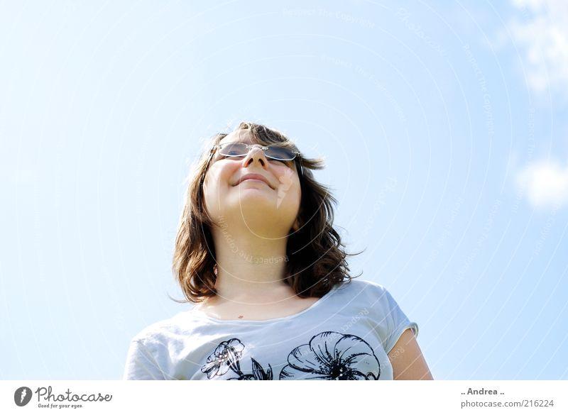 Blick in den Himmel Himmel Jugendliche schön Wolken feminin Denken 13-18 Jahre Lächeln Schönes Wetter Freundlichkeit Sehnsucht brünett Erwartung himmelblau Blick nach oben Porträt