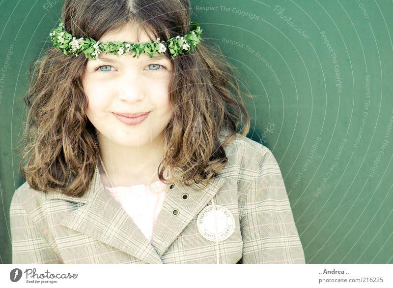 Tanz in den Mai II feminin Blick Mädchen Kind Porträt brünett schön Freundlichkeit Gesicht Auge Jugendliche Freude Glück Blumenkranz Blick in die Kamera Lächeln
