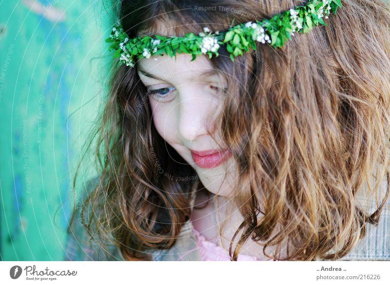 Tanz in den Mai III feminin Blick Denken Mädchen nachdenklich Kind Porträt brünett Sehnsucht schön Freundlichkeit Erwartung Gesicht Auge Jugendliche Blumenkranz