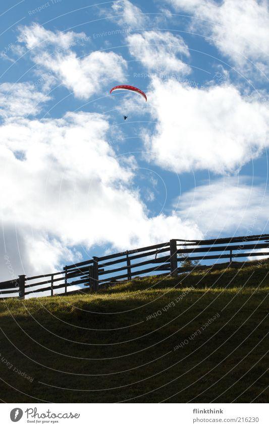 Freiheit! Berge u. Gebirge Sport fliegen Fallschirm Gleitschirmfliegen Mensch 1 Umwelt Natur Landschaft Himmel Wolken Gras Hügel fantastisch blau Farbfoto
