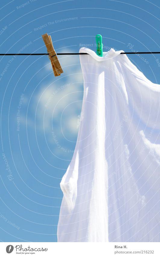 Gestern und Heute (Waschtag II) alt Himmel weiß blau Sommer Wolken Ferne Holz Zufriedenheit hell frisch modern neu authentisch Wandel & Veränderung Sauberkeit