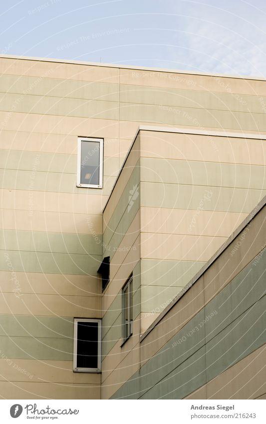 Streifenhäuschen Himmel Gebäude Architektur Fassade Fenster Beton Linie Flachdach Farbfoto Außenaufnahme Detailaufnahme grau Menschenleer trist Betonwand
