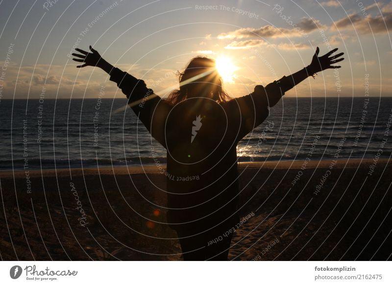 sonne_meer_begrüßung-1 Mensch Natur Jugendliche Junge Frau Sommer Hand Meer Erholung Freude Ferne Strand Gefühle Glück Freiheit Stimmung stehen