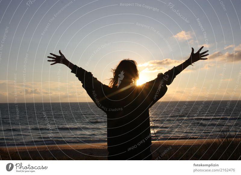 sonne_meer_begrüßung-2 Ferien & Urlaub & Reisen Sonne Junge Frau Jugendliche 1 Mensch Sonnenaufgang Sonnenuntergang Strand Meer beobachten leuchten