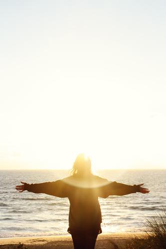 sonne_meer_begrüßung-3 Mensch Himmel Ferien & Urlaub & Reisen Jugendliche Junge Frau Sommer Meer Erholung Ferne Strand Leben feminin Freiheit leuchten frei