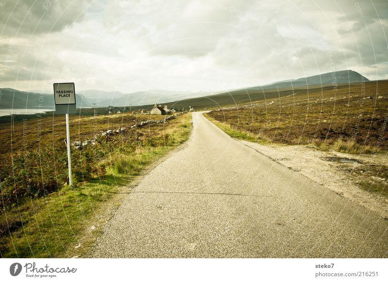 single road track Haus Einsamkeit Straße Berge u. Gebirge Feld Wind Wetter Horizont Reisefotografie Dorf Hügel Verkehrsschild Schottland Highlands Regenwolken