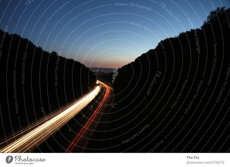 Autobahn bei Nacht Himmel weiß blau rot Ferien & Urlaub & Reisen schwarz Wald gelb Straße dunkel Landschaft hell Verkehr fahren Hügel Spuren