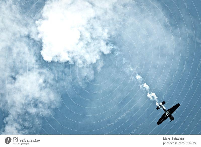 smoky Airshow Himmel blau Wolken Freiheit Luft Flugzeug fliegen hoch Geschwindigkeit Luftverkehr Freizeit & Hobby Show Tragfläche Veranstaltung Schönes Wetter