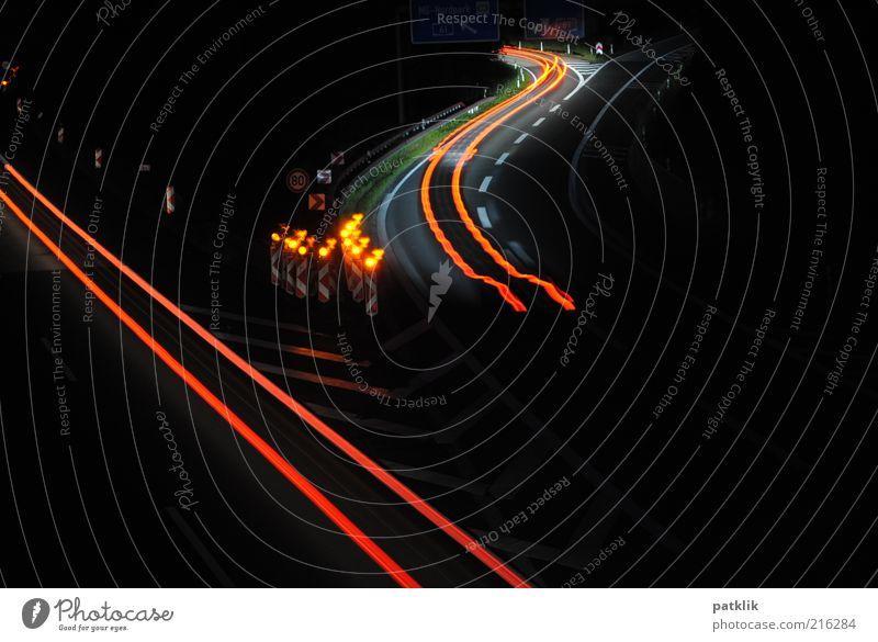 Zick Zack Strich Strich Autofahren Autobahn ästhetisch einzigartig Baustelle Langzeitbelichtung Rücklicht Kurve geradeaus Geschwindigkeit Spuren Farbfoto