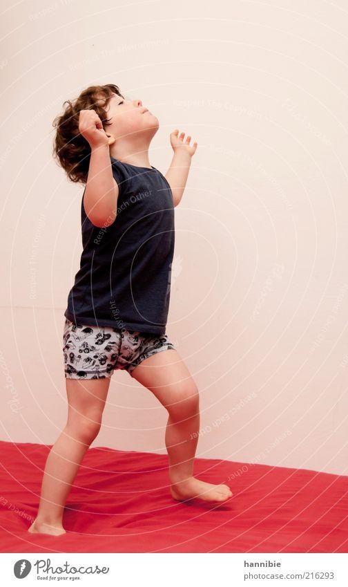 hmmm maskulin Kind Junge 1 Mensch 3-8 Jahre Kindheit T-Shirt Unterwäsche brünett Spielen blau rot weiß Freude Barfuß Bewegung Farbfoto mehrfarbig Innenaufnahme