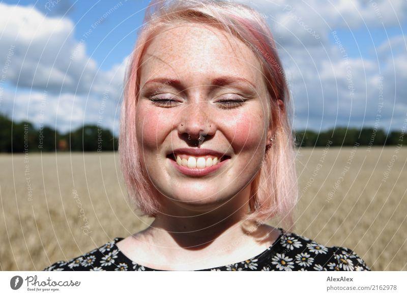 Portrait einer lächelnden jungen Frau mit Sommersprossen, die vor einem Feld steht Freude Glück schön Gesicht Zufriedenheit Ausflug Junge Frau Jugendliche