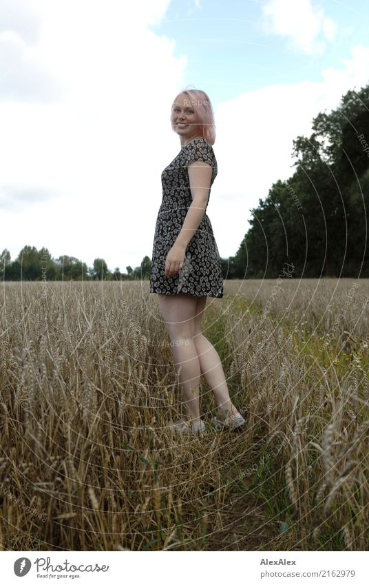 gleich baut sie einen Kornkreis Jugendliche Junge Frau schön Landschaft Erotik Freude 18-30 Jahre Erwachsene Beine natürlich feminin Glück Ausflug Zufriedenheit
