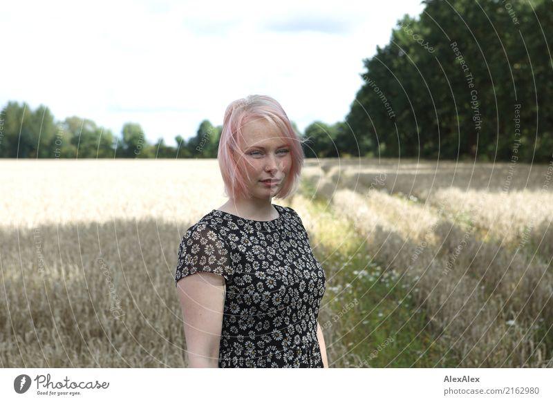Portrait einer jungen Frau, die in einem Sommerkleid in einem Feld steht schön Leben Ausflug Junge Frau Jugendliche Gesicht Sommersprossen 18-30 Jahre