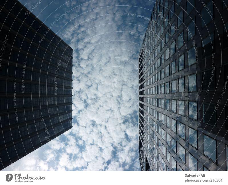 Wolkenjucken Schönes Wetter San Francisco USA Kalifornien Amerika Hochhaus Bankgebäude Architektur Fassade Fenster Beton Glas Stahl eckig einfach blau Macht