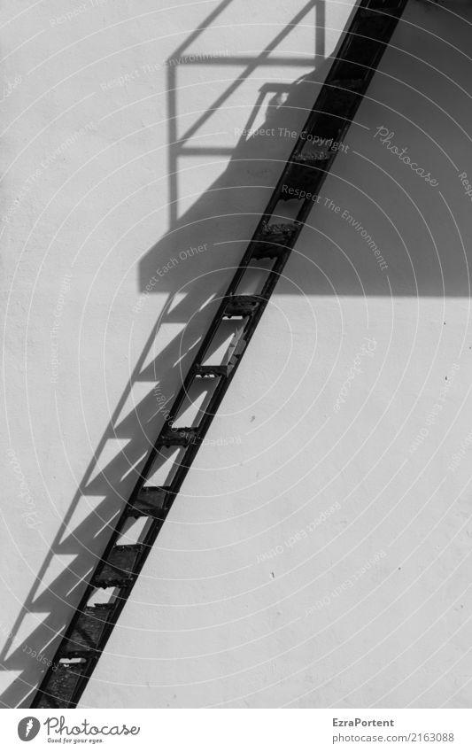 / Haus Bauwerk Gebäude Architektur Mauer Wand Treppe Fassade Beton Metall Linie schwarz weiß diagonal Schattenspiel Schwarzweißfoto Außenaufnahme Menschenleer