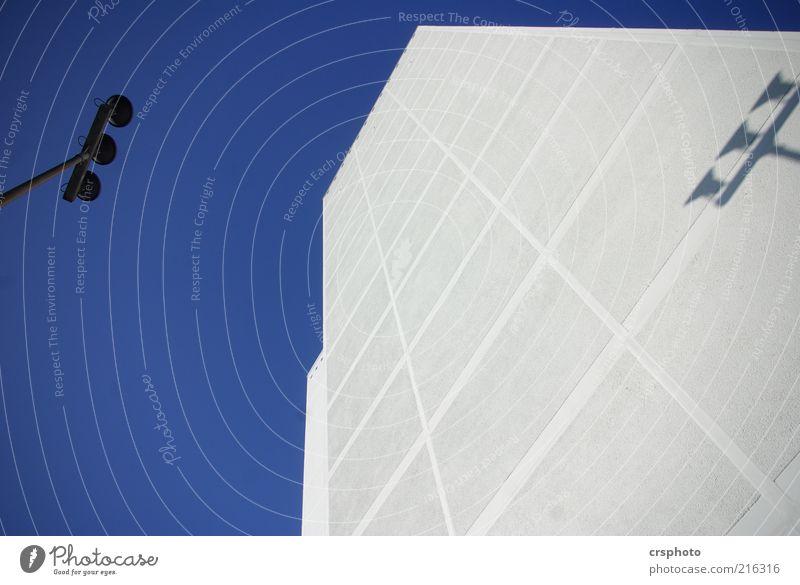 Nach oben schön Himmel weiß blau Haus Metall Design Beton Hochhaus Fassade modern aufwärts Schönes Wetter Scheinwerfer