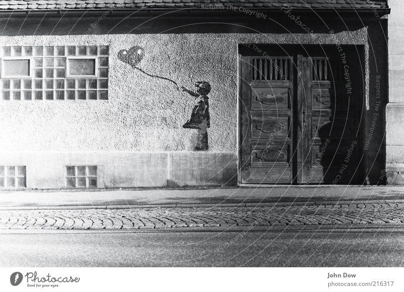 KEIN Suchbild Lifestyle Kunst Kunstwerk Kultur Jugendkultur Subkultur Altstadt Haus Bauwerk Mauer Wand Fassade Fenster Tür Dekoration & Verzierung Luftballon