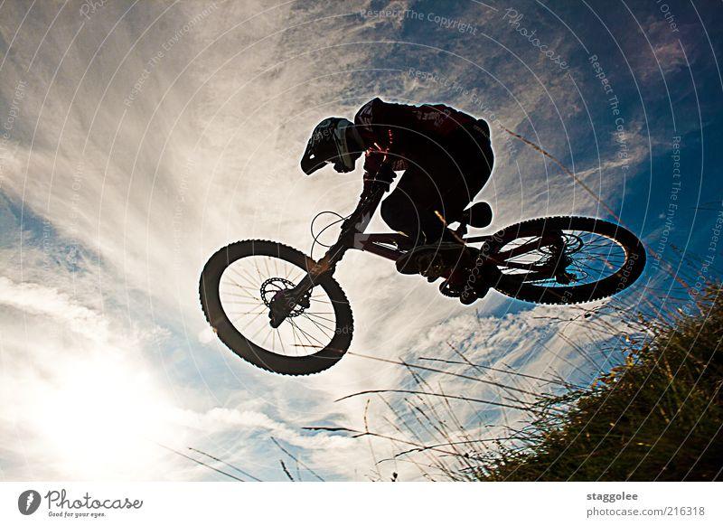 Mountainbikeski II Sport Fahrradfahren 1 Mensch Bewegung Coolness springen Gedeckte Farben Außenaufnahme Tag Froschperspektive Helm Himmel Wolken Gras fliegen