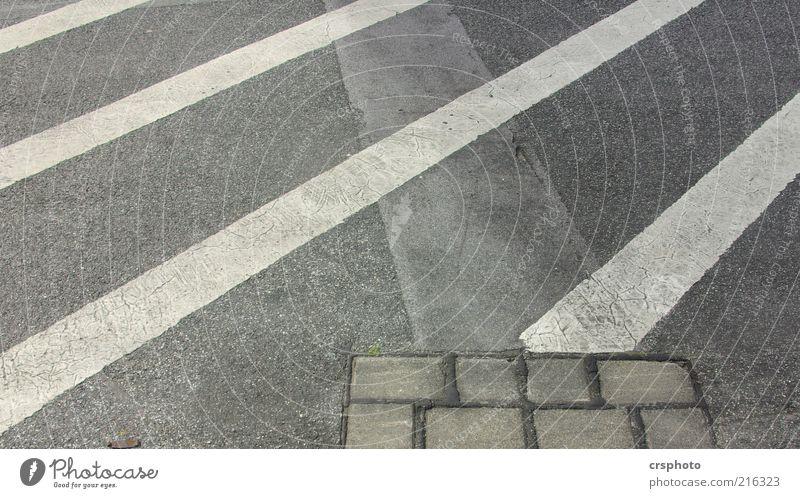 Stones and Stripes Menschenleer Verkehrswege Straße Wege & Pfade einfach hässlich trashig trist grau Farbfoto Außenaufnahme Tag Streifen diagonal Asphalt