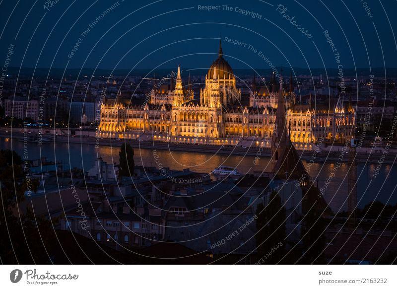 Im Lichte Tourismus Sightseeing Städtereise Kultur Fluss Stadt Hauptstadt Stadtrand Altstadt Bauwerk Architektur Sehenswürdigkeit Wahrzeichen alt ästhetisch
