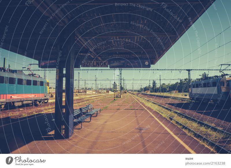 Bahnsteig Ferien & Urlaub & Reisen Städtereise Kultur Stadt Bahnhof Eisenbahn Lokomotive Gleise warten alt außergewöhnlich einfach historisch retro trist