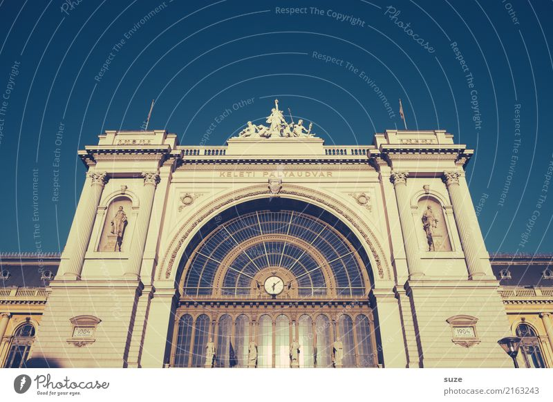 Verbindung nach Osten Ferien & Urlaub & Reisen Tourismus Sightseeing Städtereise Uhr Kunstwerk Kultur Stadt Hauptstadt Bahnhof Tor Bauwerk Architektur Tür