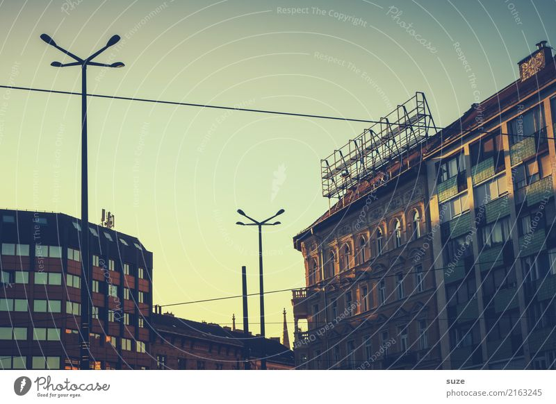 Wie früher Abend Tourismus Sightseeing Städtereise Haus Kultur Stadt Hauptstadt Stadtrand Altstadt Architektur alt historisch Nostalgie Vergangenheit